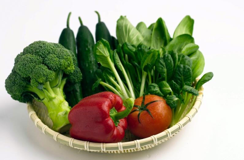 Cách cung cấp chất sắt tốt nhất chính là qua chế độ ăn uống mỗi ngày. Thịt đỏ chính là nguồn chất sắt tối ưu cho bạn lựa chọn. Nếu con bạn không muốn ăn thịt đỏ hoặc muốn ăn kiêng thì cần phải bổ sung bằng cách ăn mè đen, đậu khô, đậu lăng, đậu Hà Lan, bông cải xanh, rau bina, đậu, ngũ cốc, bánh mì và ngũ cốc. Ngoài thịt gia cầm và cá, cần sử dụng thịt nạc đỏ 3 - 4 lần một tuần. Với các thực phẩm Vitamin C cũng là sự lựa chọn được các chuyên gia dinh dưỡng khuyên dùng bởi nó sẽ giúp cơ thể hấp thu chất sắt tốt hơn. Vì thế, mỗi ngày bạn nên tích cực bổ sung các thực phẩm như trái cây cam, chanh, quýt, dâu, kiwi hoặc rau như cà chua, bắp cải, ớt xanh và bông cải xanh. Một số phủ tạng động vật như tim, gan, thận, tiết cũng là các thực phẩm có chứa nhiều chất sắt nhưng cũng chứa nhiều cholesterol. Bởi vậy để tốt cho sức khỏe bạn chỉ nên ăn 1-2 lần mỗi tuần. Ngoài ra, một số thực phẩm có chứa chất sắt như ngũ cốc và bánh mì; bổ sung một lượng các vi chất dinh dưỡng như vitamin C, B12, vitamin E và đặc biệt là sắt. Bạn cũng nên chú ý nên sử dụng một lượng vừa phải trà và cà phê, vì chúng có thể cản trở hấp thu sắt. Một số biểu hiện dễ nhận biết khi trẻ thiếu sắt chính là: thiếu máu, mệt mỏi, biếng ăn, hay chóng mặt,… Chính vì vậy, bạn cần cho đi khám bác sĩ để được điều trị kịp thời và bổ sung chất sắt hợp lý nhất giúp nâng cao sức khỏe và hệ miễn dịch tự nhiên.
